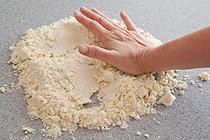 مخلوط خمیر و کره را خوب با دست ورز می دهیم تا منسجم شود