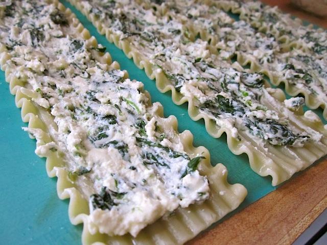 پر کردن داخل لازانیا با مخلوط اسفناج و پنیر