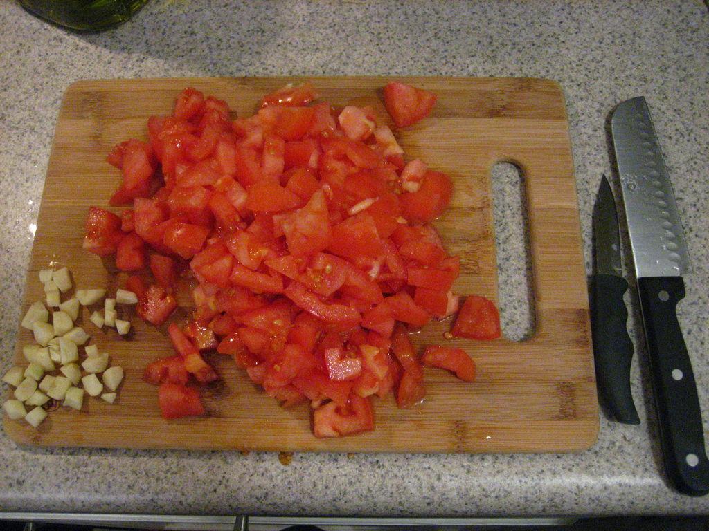 گوجه فرنگی و سیر خرد شده