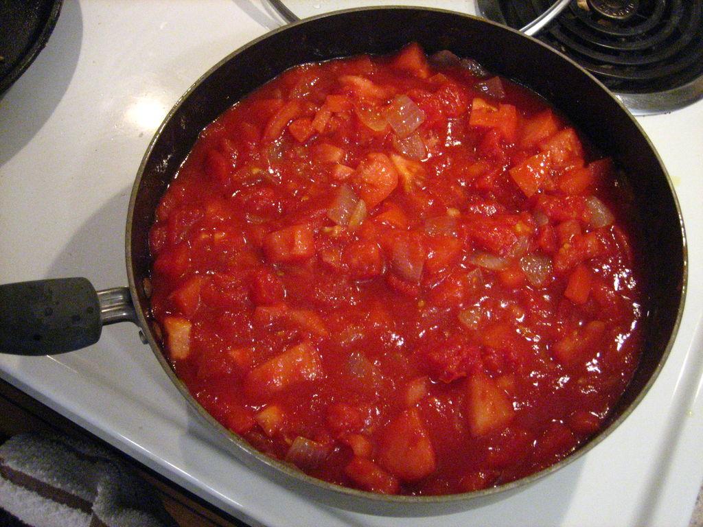 اضافه کردن گوجه فرنگی خرد شده و سس