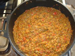 گوجه فرنگی ها را اضافه می کنیم و اجازه می دهیم آبشان کشیده شود