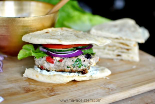 بجای نان برگر می توانید از نان پیتا استفاده کنید