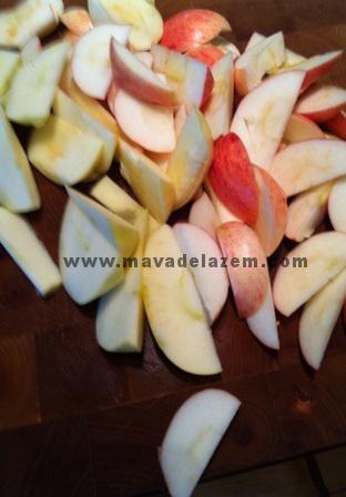 سیب ها را خرد می کنیم و روی خمیر می ریزیم