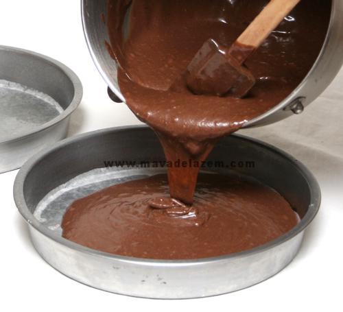 مایع کیک را بصورت مساوی داخل قالبها می ریزیم