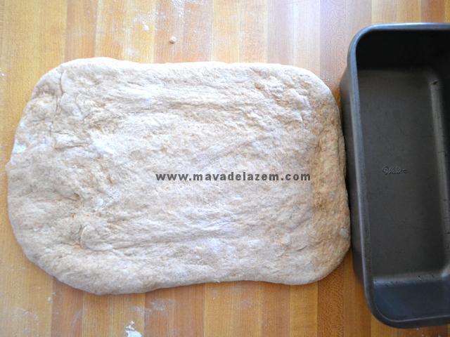 کمی ورز می دهیم بعد خمیر  را با وردنه به شکل یک مستطیل پهن می کنیم