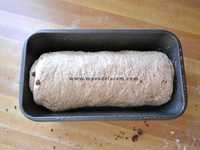 خمیر را داخل قالبی که از قبل چرب کرده ایم  قرار داده