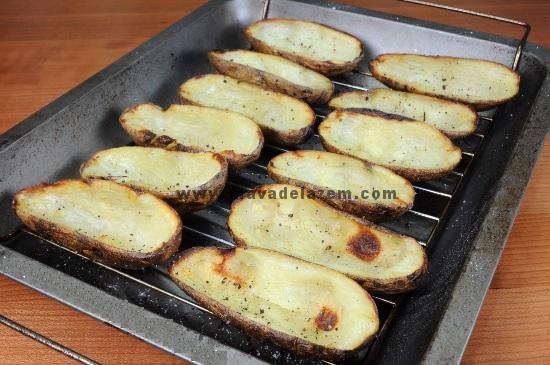 سیب زمینی ها را  به مدت 1 ساعت در فر قرار دهید