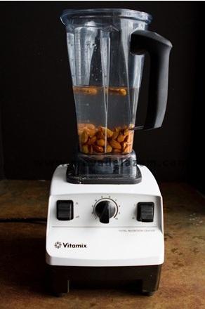 بادام ها را همراه با وانیل ، خرما  و آب داخل مخلوط کن می ریزیم