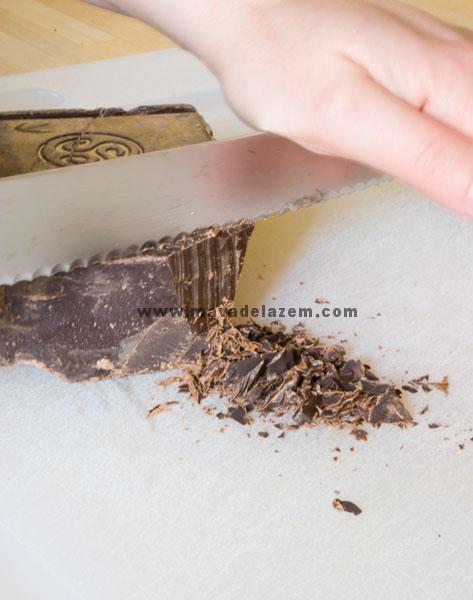 شکلات را با استفاده از یک چاقوی خوب خرد کنید