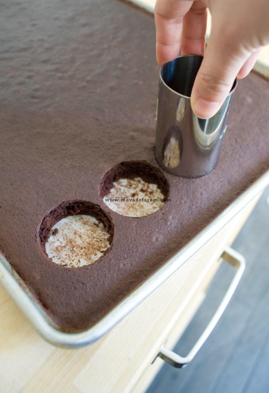 بعد از سرد شدن کیک شکلاتی را قالب می زنیم