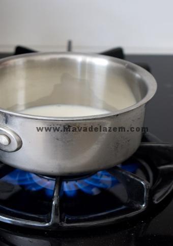 شیر را روی حرارت می گذاریم تا  بجوش بیاید