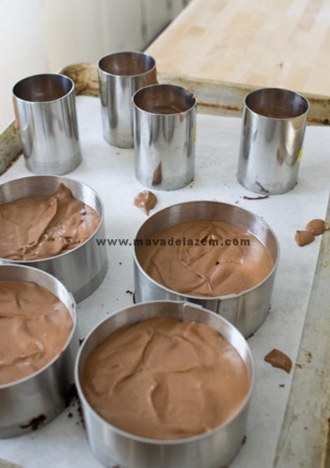 موس شکلاتی را داخل قالبی که کف آن را از قبل کیک شکلاتی قرار داده ایم می ریزیم