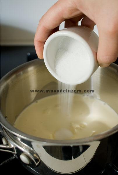خامه، شکر و کره را در یک قابلمه  ریخته و روی حرارت  می گذاریم