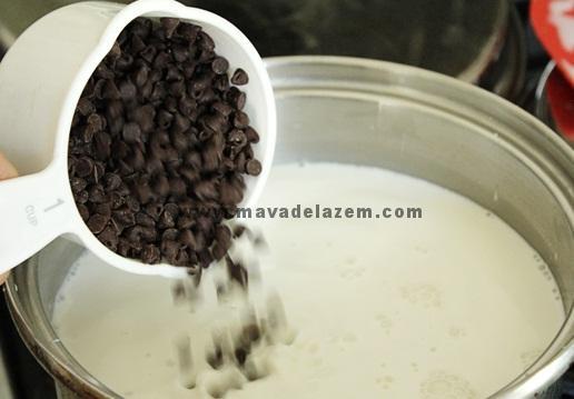 وقتی مایع گرم شد شکلات را اضافه می کنیم