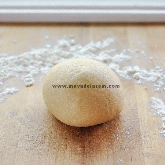 اگر هنوز قسمتهای از خمیر خشک هست از کمی آب استفاده کنید تا خمیر نرم و لطیف شود