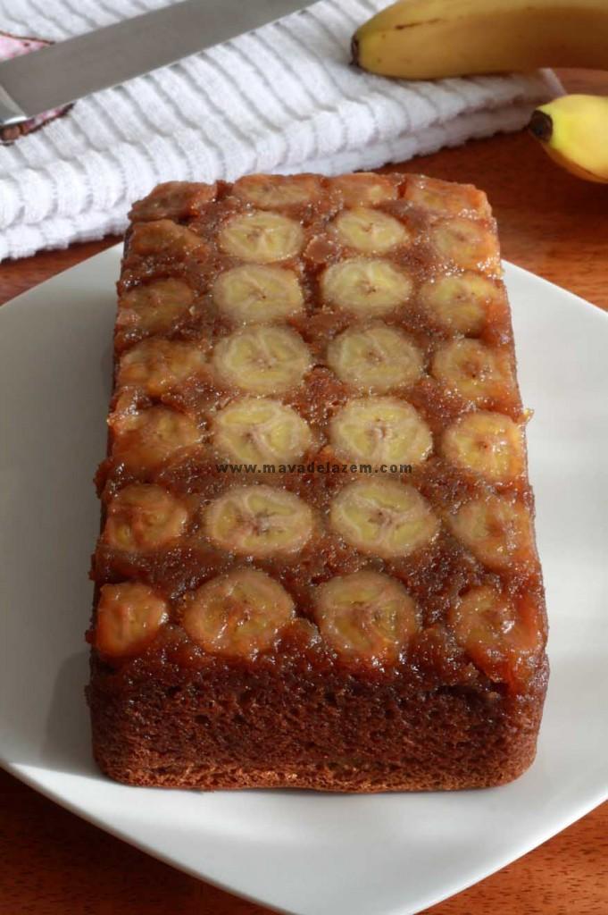 قالب را برگردانده تا کیک از آن جدا شود