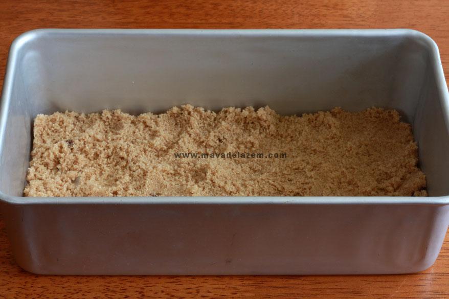 شکر قهوه ای را داخل قالب کیک می ریزیم