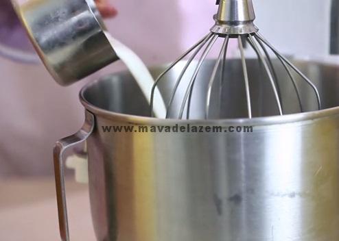 شیر را داخل مخلوط کن بریزید