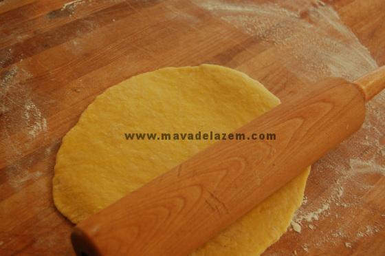 خمیر را با وردنه یا استفاده از دستگاه نورد خمیر آن را پهن و نازک کنید