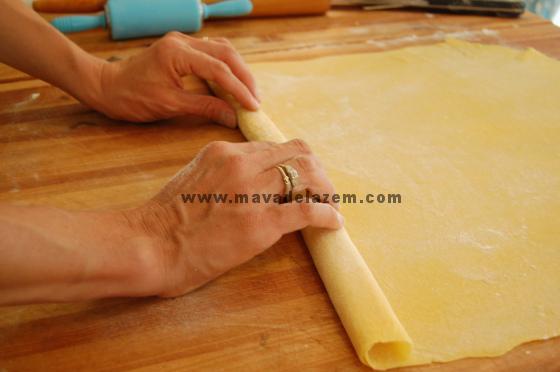 روی خمیر را آرد بپاشید و آن را دا کنید 8-7 دقیقه بماند