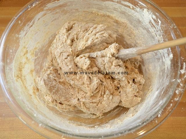 نصف فنجان آرد گندم کامل و نصف فنجان آرد سفید را به آن اضافه می کنیم تا گوله چسبناک شود