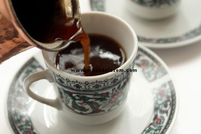 قهوه را داخل فنجان ریختهو سرو می کنیم