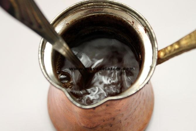 قهوه را با قاشق هم می رنیم تا کف آن حل شود