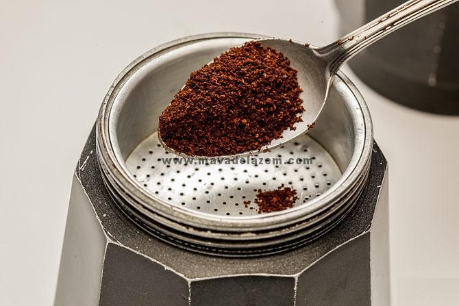 قهوه را داخل سبد قهوه می ریزیم برای هر شات 7 گرم