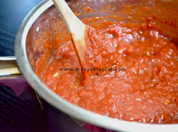 گوجه فرنگی خرد شده و سس  گوجه فرنگی را اضافه می کنیم  تا خوب مخلوط شوند