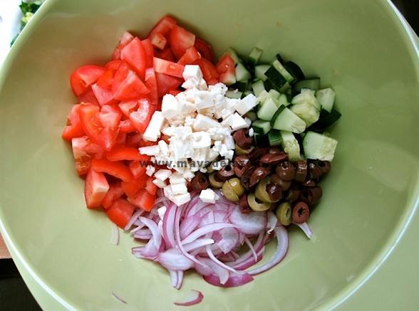 گوجه فرنگی و خیار را  خرد کنید و پیاز قرمز را خلال کنید