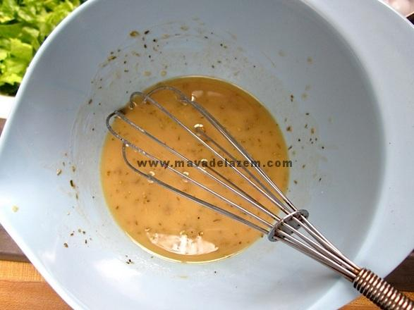 روغن مایع ، روغن زیتون ، سرکه ، خردل ، سیر ، پونه، نمک و فلفل با هم مخلوط کنید